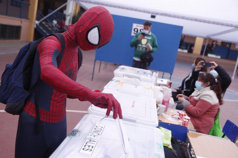 Un ciudadano chileno fue a votar disfrazado de Spider Man. Elecciones Chile 2021 Servel vocal de mesa
